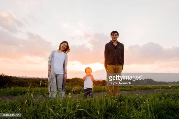 family portrait at dusk - シンプルな暮らし ストックフォトと画像