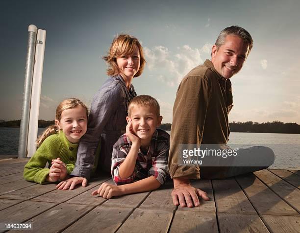 Portrait de famille de Lake Pier Dock vacances d'été au coucher du soleil