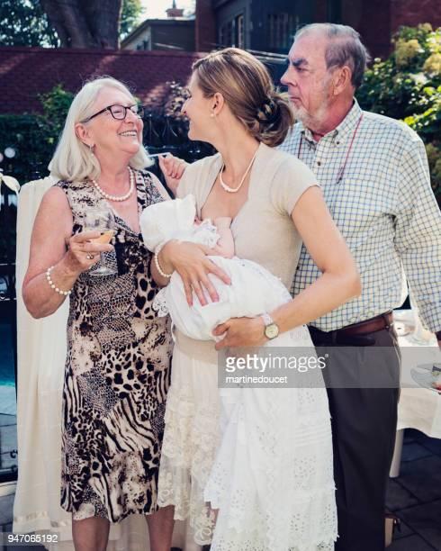 ritratto di famiglia al battesimo del bambino all'aperto. - battesimo foto e immagini stock