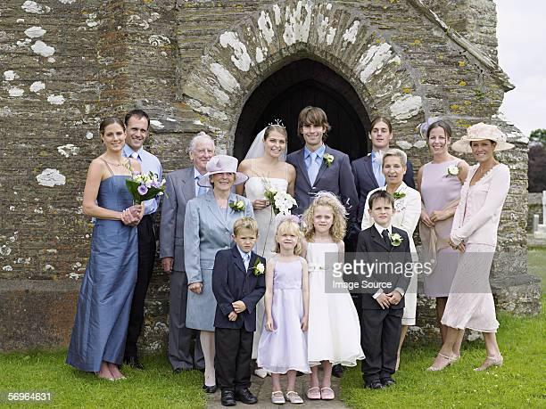 familien portrait auf hochzeit - hochzeit fotos stock-fotos und bilder