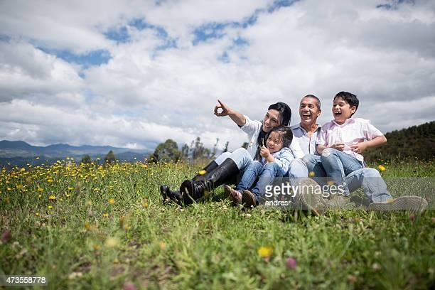 Familien portrait Genießen Sie die Landschaft