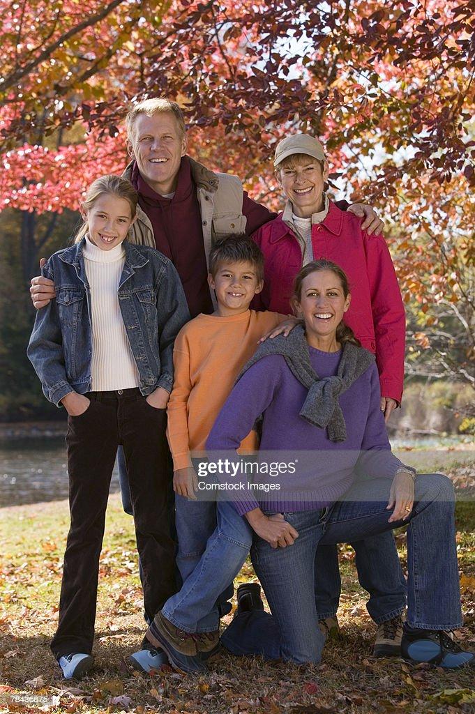 Family portrait in fall leaves : Stockfoto