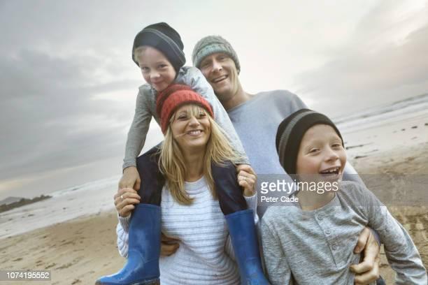 family portrait on beach in winter - fugir da realidade imagens e fotografias de stock