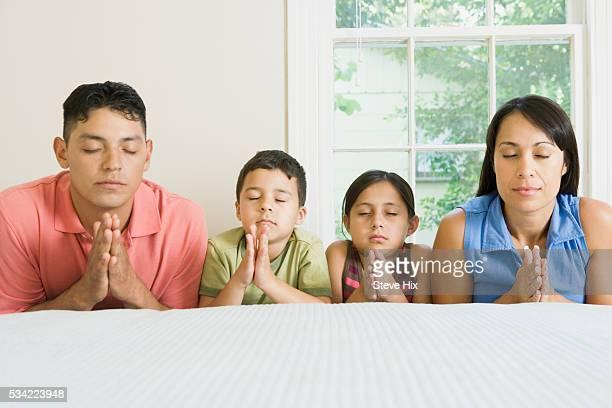 family praying together - mulher orando de joelhos imagens e fotografias de stock
