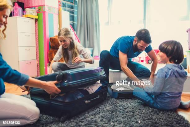 preparación para el viaje de la familia - pack fotografías e imágenes de stock