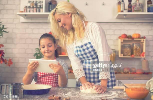 カボチャのパイを準備して家族