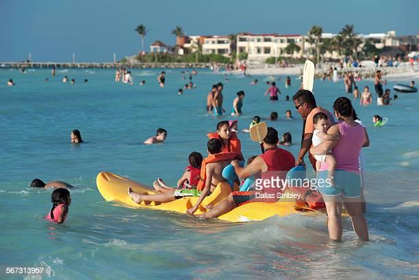 a family preparing to kayak, on isla mujeres - mujeres fotos imagens e fotografias de stock