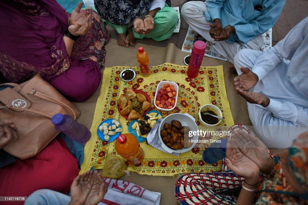 Indian Muslims Break Fast, Pray On First Day Of Ramadan : News Photo