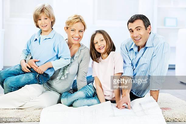 Famille lecture de plan.