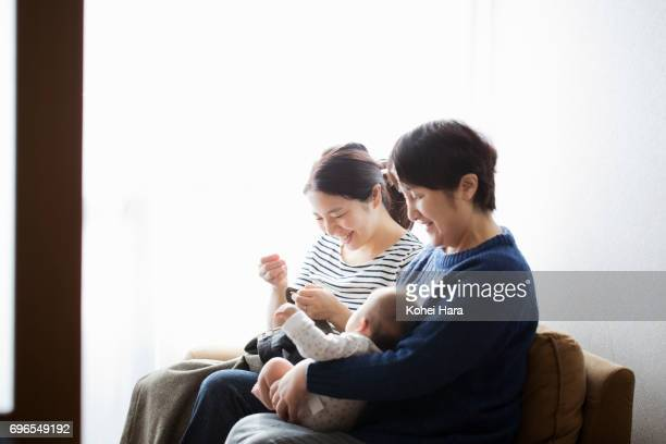 family relaxed at home - exclusivamente japonés fotografías e imágenes de stock