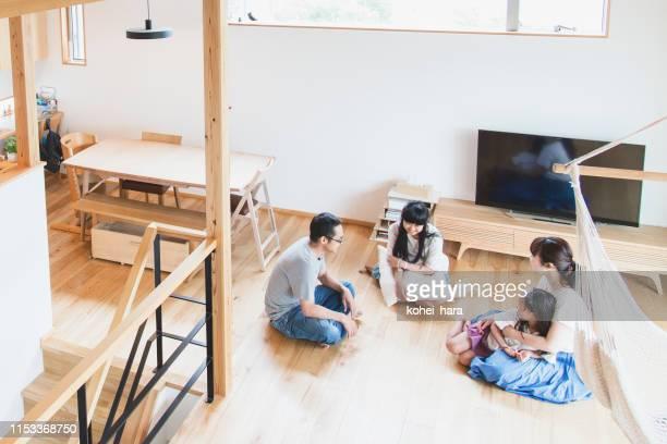 リビングルームでリラックスした家族 - リビング ストックフォトと画像