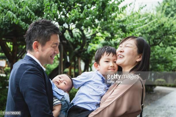 屋外でリラックスした家族 - フォーマルウェア ストックフォトと画像