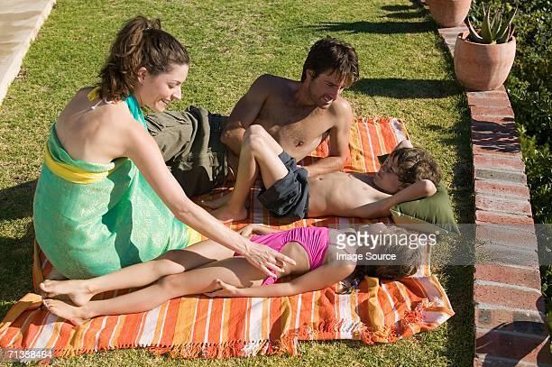 família relaxante no feriado - fazendo cócegas - fotografias e filmes do acervo