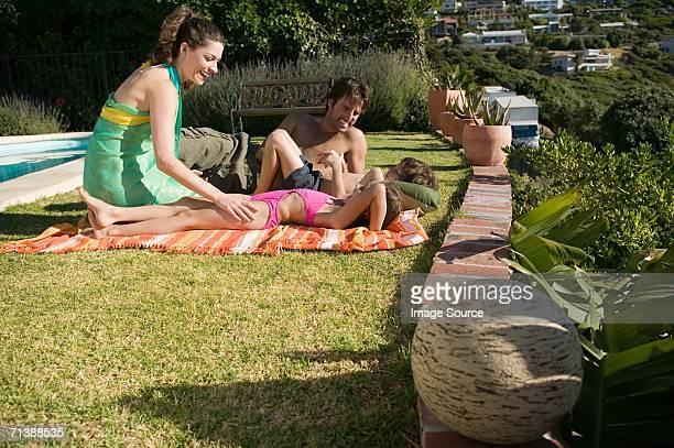 familie entspannen im urlaub - kitzeln stock-fotos und bilder