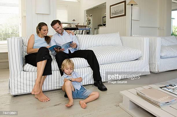 family relaxing - mom flirting 個照片及圖片檔