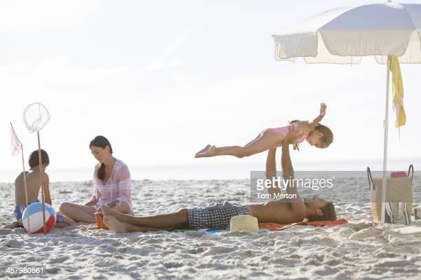 Famiglia rilassante insieme sulla spiaggia