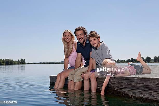 familie entspannen zusammen auf dem dock - oberbayern stock-fotos und bilder