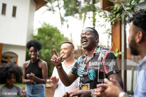 famille réunie, chantant dans l'arrière-cour - danse latine photos et images de collection