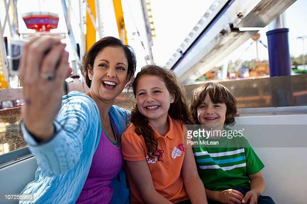 family riding a ferris wheel at the fair - orlando florida imagens e fotografias de stock