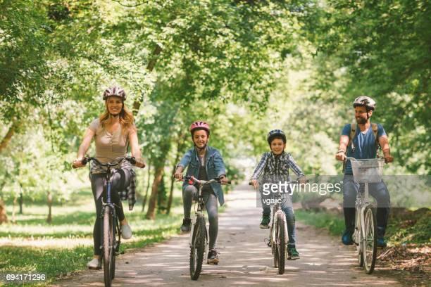 Familie Reiten Fahrrad zusammen