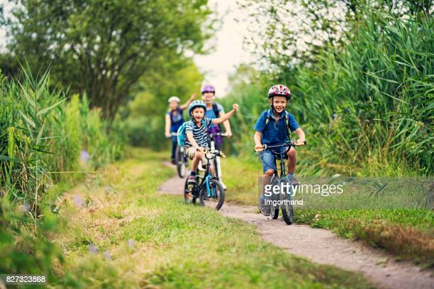 Familie paardrijden fietsen in de natuur