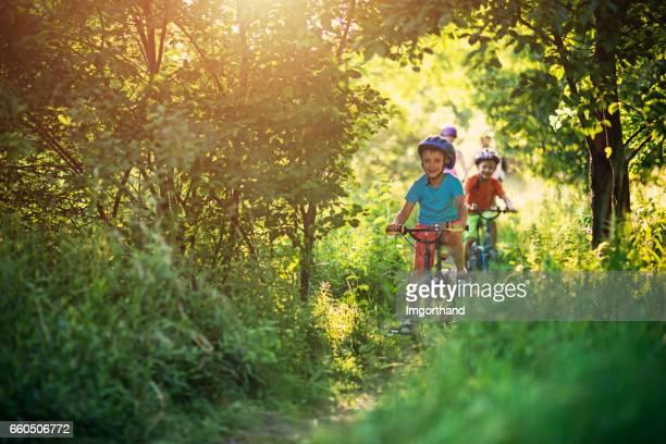 Familie Fahrrad auf schönen Waldweg