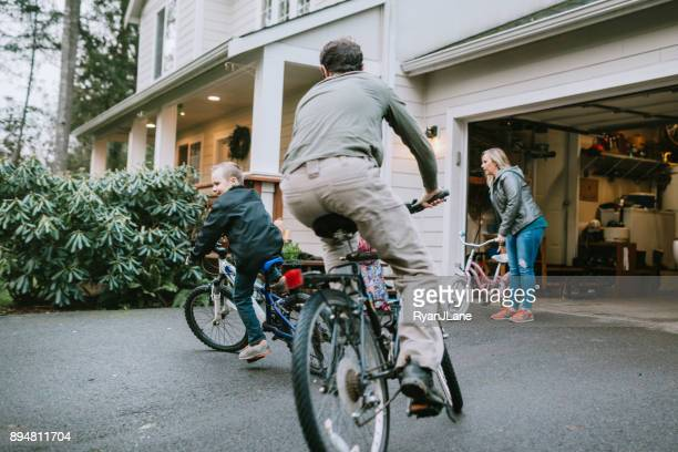 家族の家の私道でバイクに乗って
