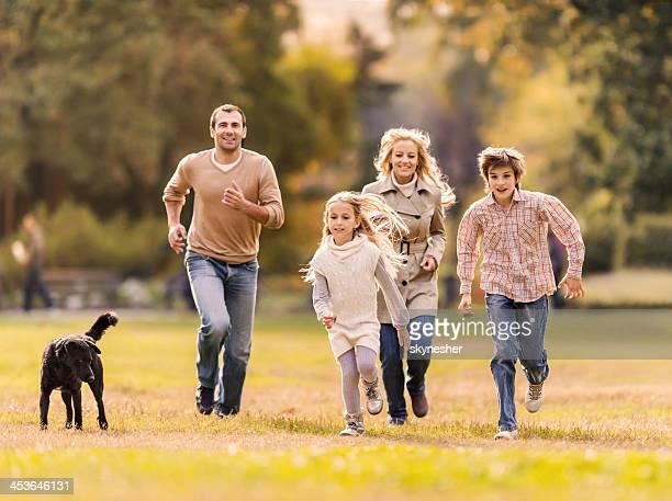 Famille courir dans le parc.