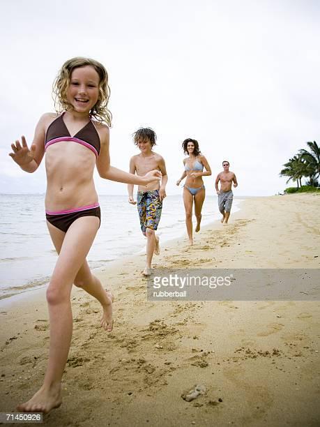 family running on the beach - 12 13 jahre fotos boys stock-fotos und bilder