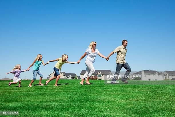 Familie läuft durch Stadtviertel Park