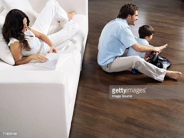 Familie Samstag im Wohnzimmer