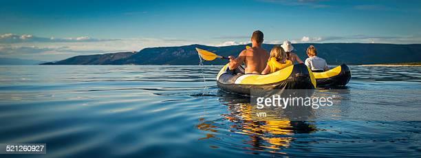Famille faire du kayak en mer sur une journée ensoleillée