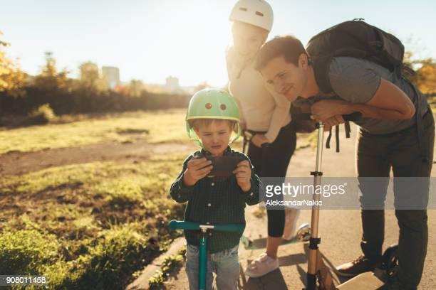Famille selfie lors de trajet en scooter push