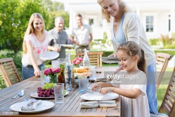Família configuração de tabela ao ar livre