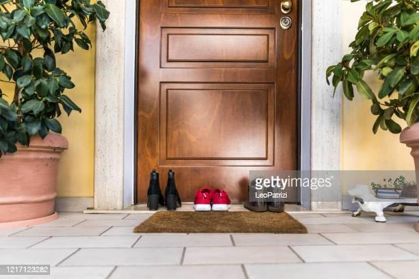 sapatos de família na varanda perto da porta - sapato - fotografias e filmes do acervo