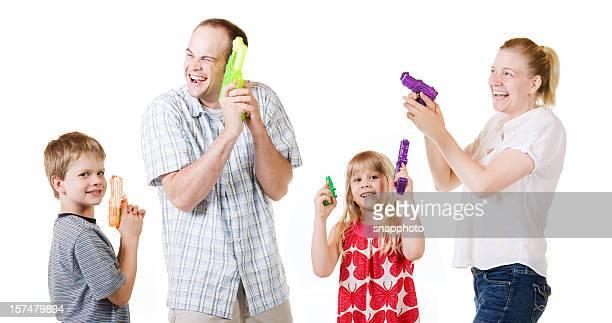 família fotografar pistolas de água se divertindo - armamento - fotografias e filmes do acervo