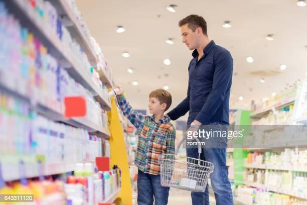 Familia de las compras de productos de belleza