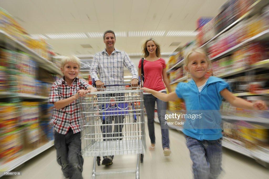 family shopping in supermarket : Bildbanksbilder