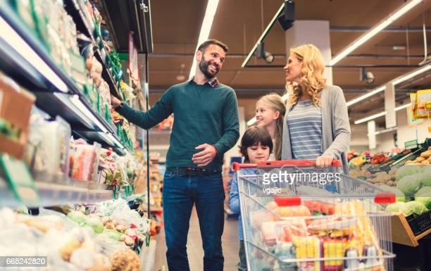 ご家族でのショッピングスーパーマーケット - 子供2人の家庭 ストックフォトと画像