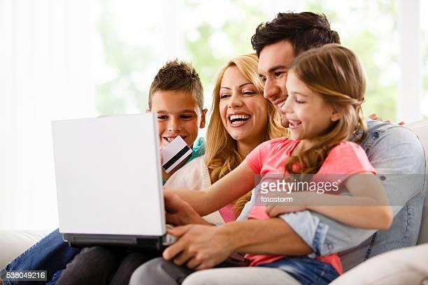 Familie zu Hause Einkaufen online