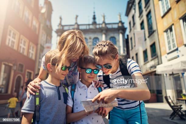 familie tourisme stad van gdansk, polen - monument stockfoto's en -beelden