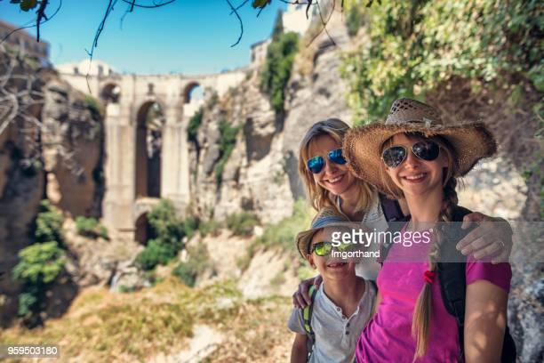 turismo familiar puente nuevo de ronda, españa - ronda fotografías e imágenes de stock