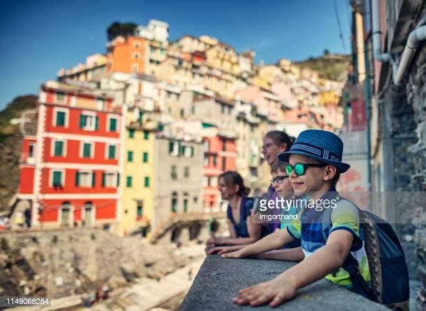 visite in famiglia a riomaggiore nelle cinque terre, italia - quattro persone foto e immagini stock
