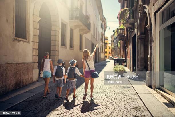 rues de visites familiales de vérone, italie - escapade urbaine photos et images de collection