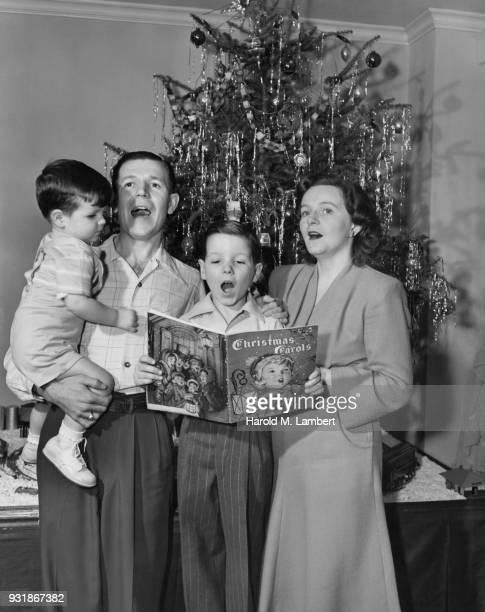 family singing christmas carols - noel noir et blanc photos et images de collection