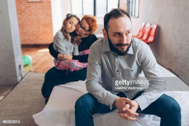 familia sentado en casa, problemas de - 10 11 años fotografías e imágenes de stock