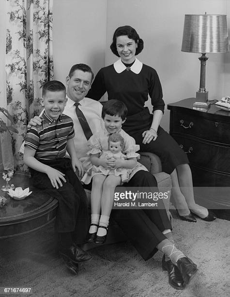 family sitting at living room - 1950 1959 photos stock photos and pictures