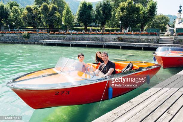 family sitting in an electric speedboat - peter lourenco imagens e fotografias de stock