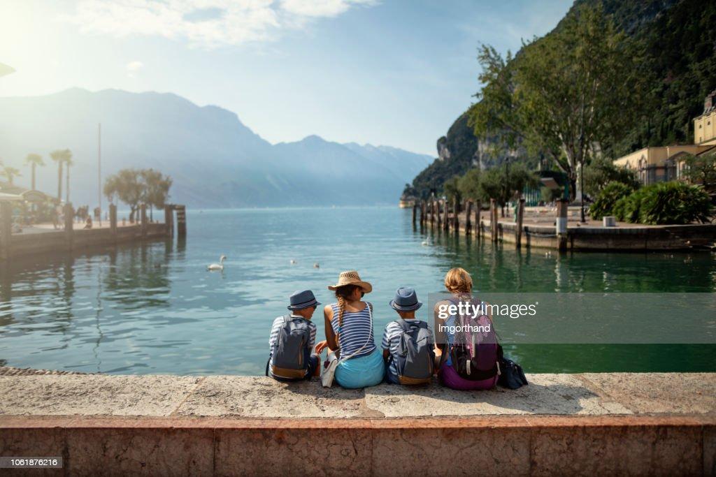 Famiglia seduta nel porto di Riva del Garda e vista sul Lago di Garda : Foto stock
