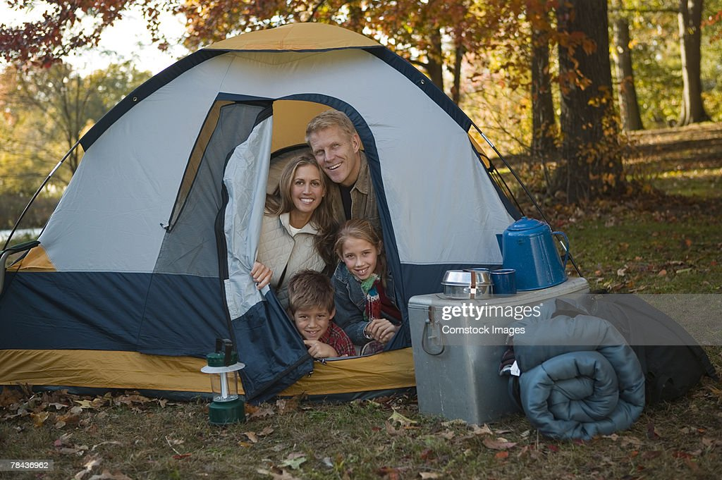 Family sitting in tent : Stockfoto